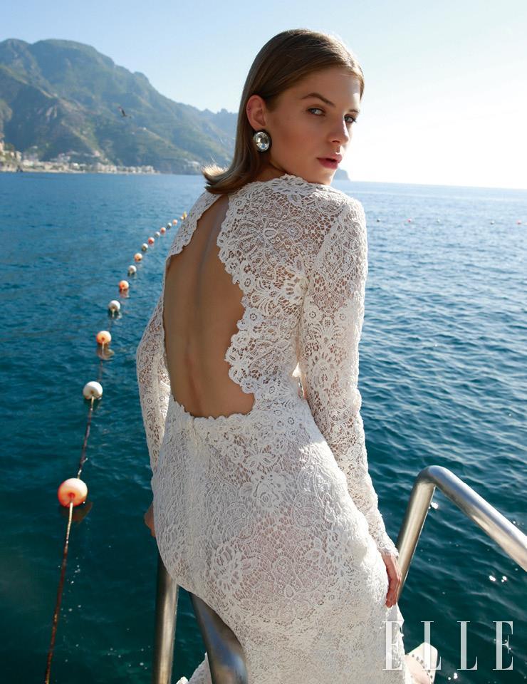 등 라인이 드러나는 레이스 드레스는 Atelier Eme'. 볼드한 크리스털 이어링은 Sharra Pagano.