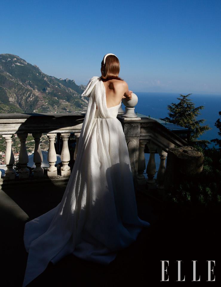 어깨의 빅 보 디테일이 로맨틱한 드레스는 Peter Langner. 헤어밴드는 Flapper.
