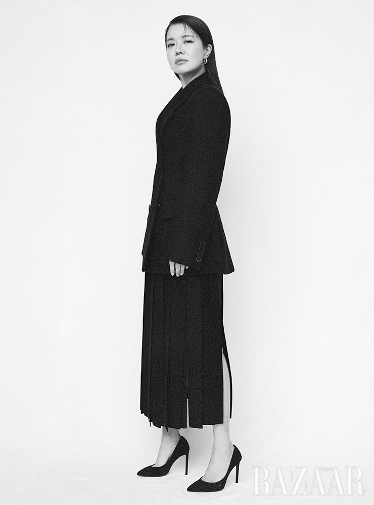 재킷, 스커트는 Prada. 귀고리는 Engbrox. 펌프스는 스타일리스트 소장품.