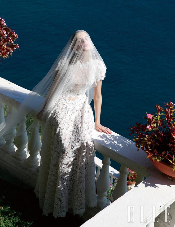 플로럴 패턴의 레이스 장식이 서정적인 드레스는 Alessandra Rinaudo Milano. 베일과 진주 이어링은 모두 Alessandra Rich.