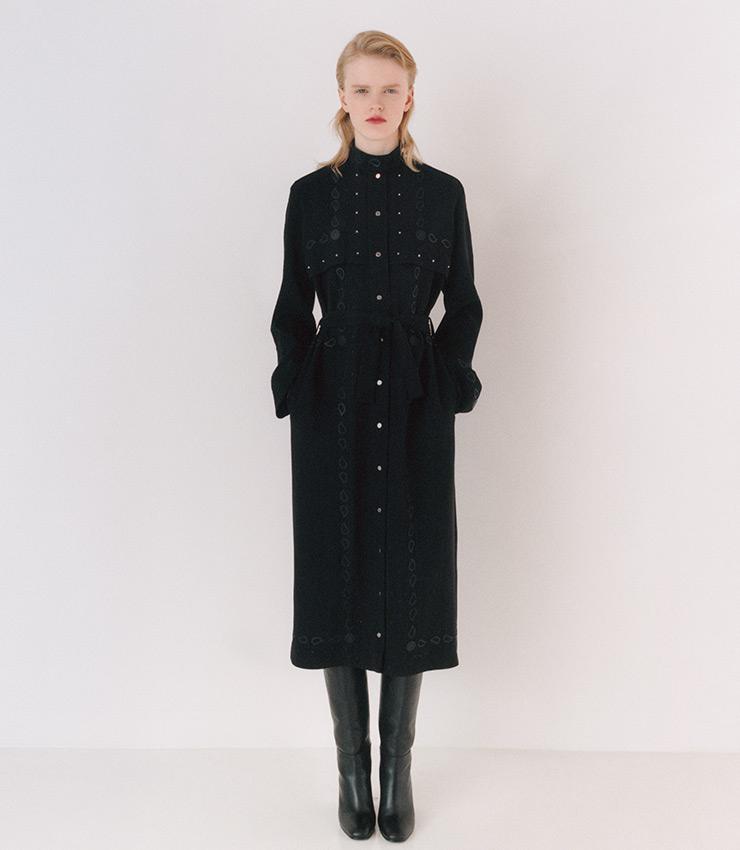 밴대너에서 모티프를 얻은 자수를 덧댄 실크 캐디 소재 드레스.