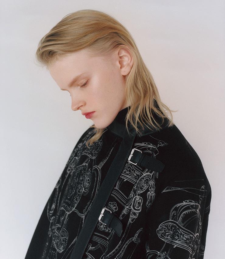 유고 그릭카르의 브라이드 드 갈라 패턴이 섬세하게 수놓인 더블페이스 캐시미어 코트.