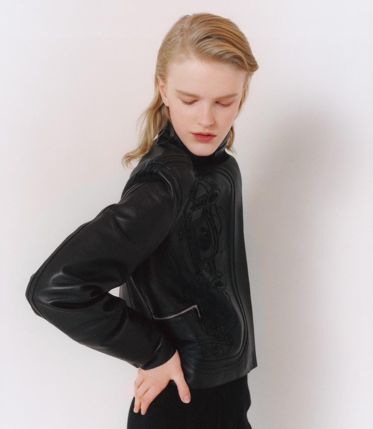 유고 그릭카르가 디자인한 브라이드 드 갈라 패턴을 질감이 느껴지도록 수놓은 바이커 재킷.