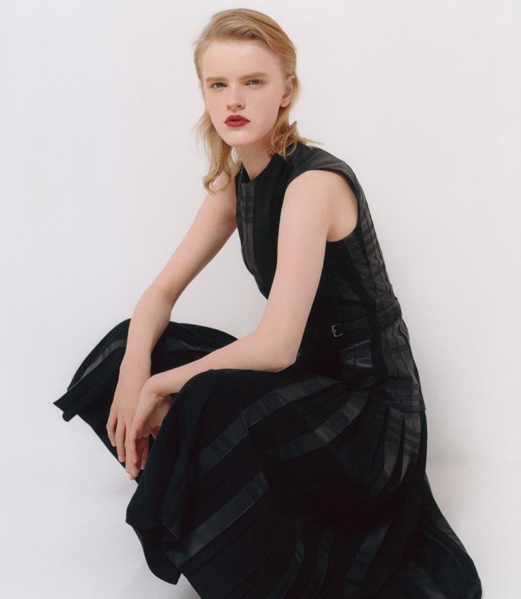 에르메스의 가죽 가공 기술을 함축한 플리츠 드레스.