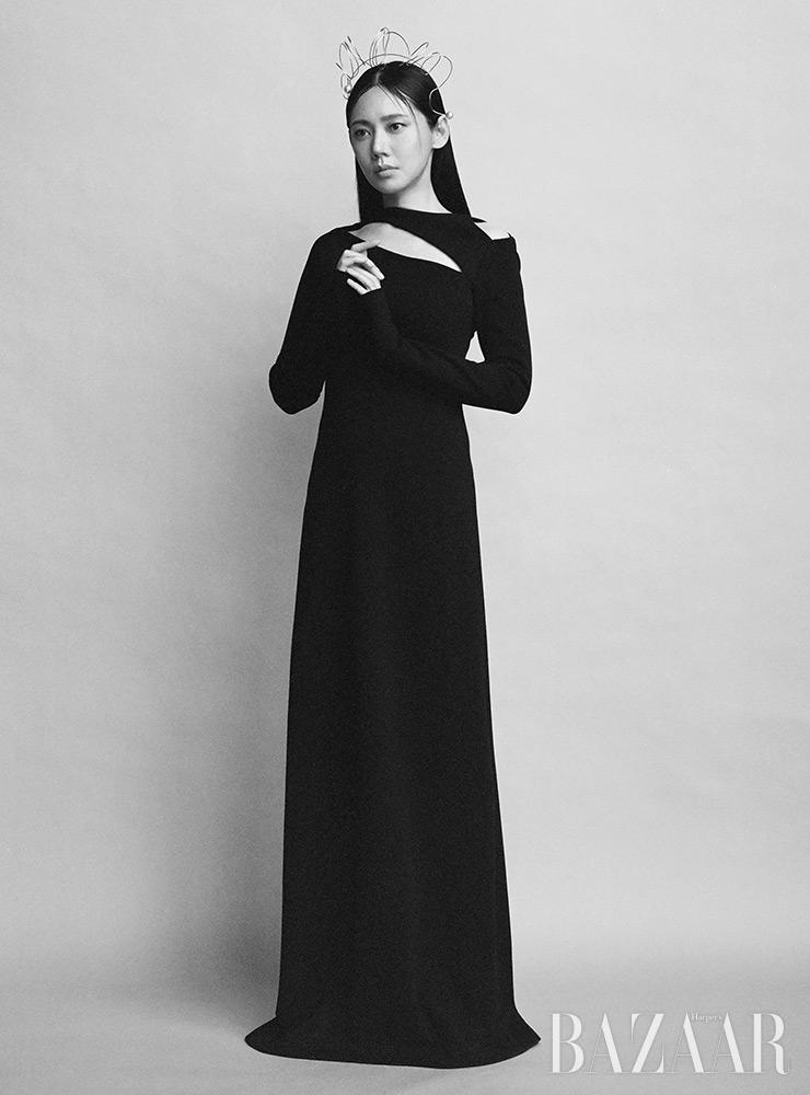 드레스, 헤어피스는 모두 Miss Gee Collection.