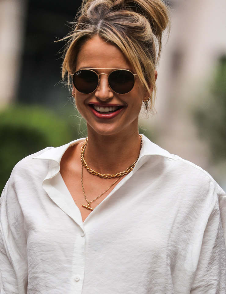자연스럽게 올려 묶은 헤어스타일과 흐트러진 화이트 셔츠, 큼직한 보잉 선글라스로 '꾸안꾸' 스타일의 정석을 보여준 모델 보그 윌리엄스.