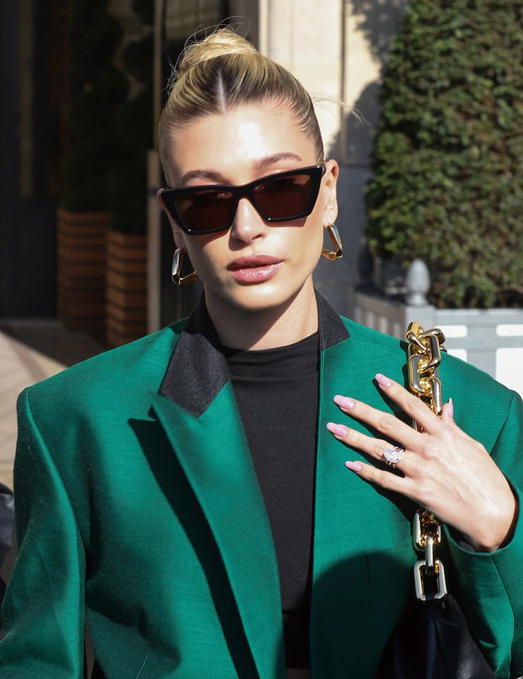 볼드한 스퀘어 선글라스와 골드 주얼리, 어깨를 강조한 오버사이즈 재킷까지! 1990년대 비즈니스 우먼을 재해석한 헤일리 비버의 스타일은 완벽하다.