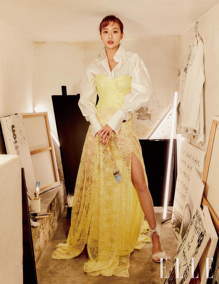 와이드 커프스 셔츠는 Fendi. 튜브 톱 드레스는 Blumarine. 깃털 장식의 슈즈는 Gianvito Rossi. 모든 아트워크는 'Untitled, 2019'로 세진, 다능(Danung)의 작품.