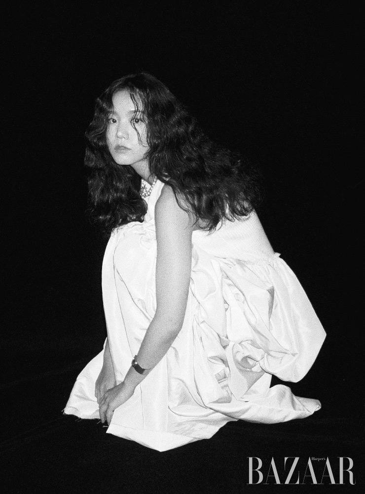 드레스 Lee Y. Lee Y, 목걸이, 뱅글은 Dior.