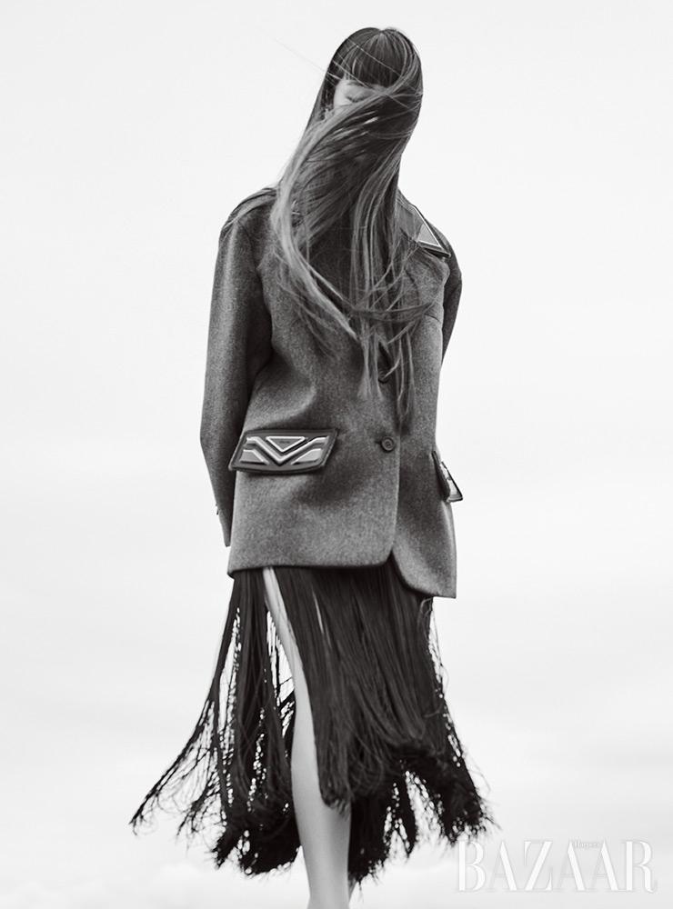 오버사이즈 재킷, 프린지 스커트는 모두 Prada.