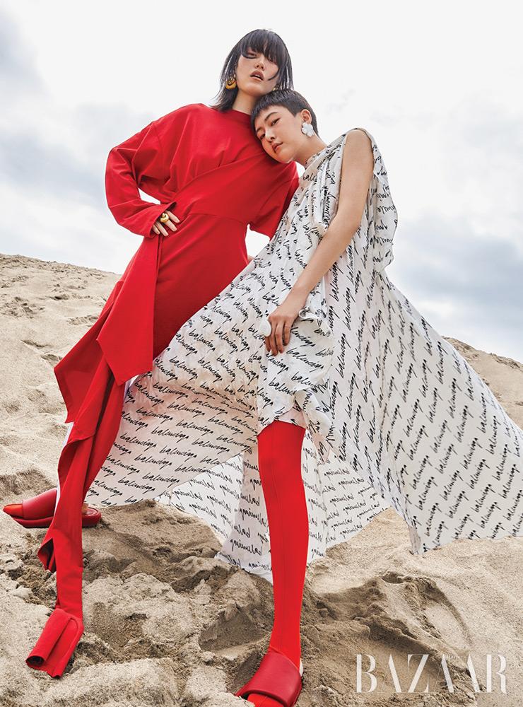 혜승이 입은 레드 드레스, 타이츠, 귀고리, 반지, 뮬, 소현이 입은 로고 드레스, 타이츠, 귀고리, 반지, 슬라이드는 모두 Balenciaga.