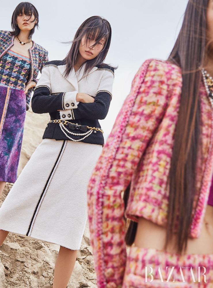 (앞부터) 보미가 입은 재킷, 톱, 스커트, 목걸이, 도현이 입은 재킷, 스커트, 목걸이, 벨트, 혜승이 입은 재킷, 톱, 스커트, 목걸이는 모두 Chanel.