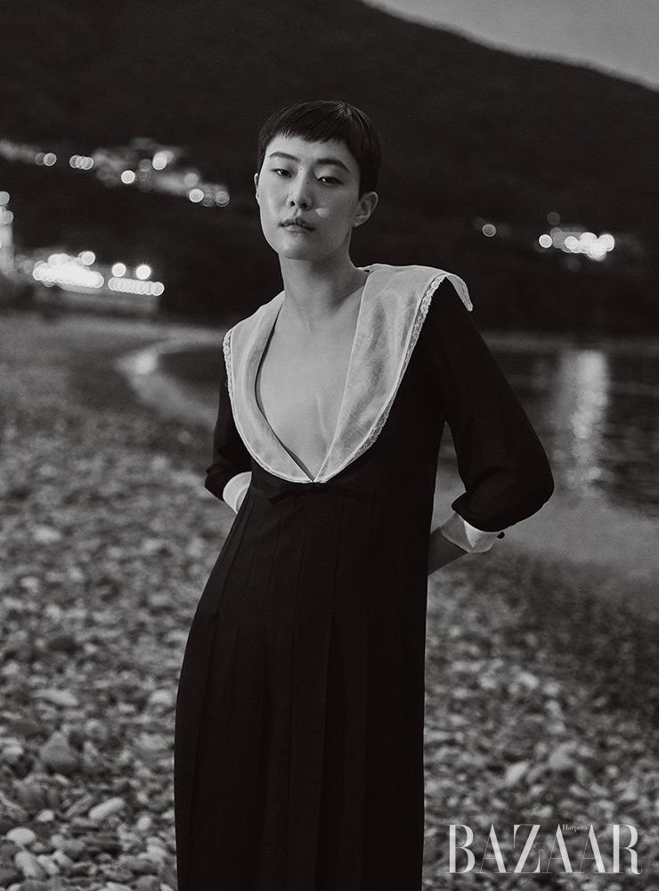숄 칼라 드레스는 Miu Miu.