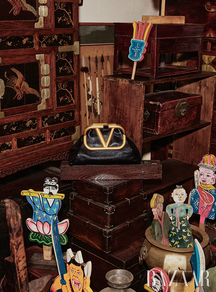 로고 포인트 클러치 백은 2백88만원 Valentino Garavani.