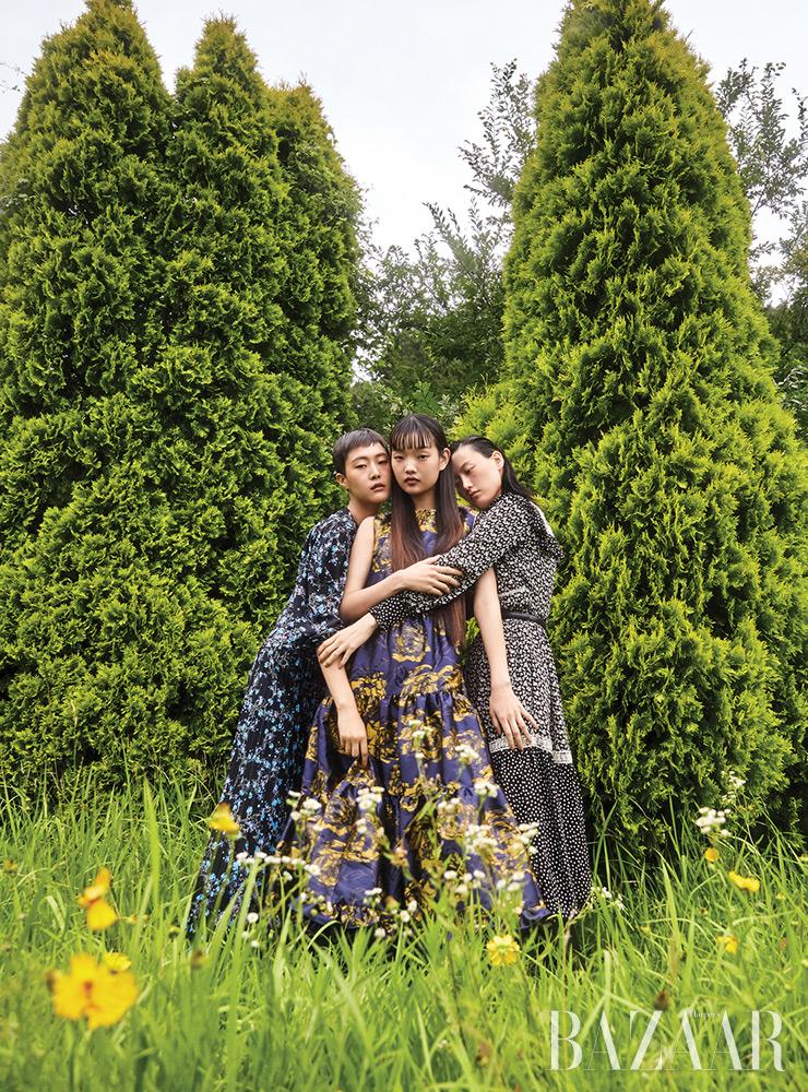 (왼쪽부터) 소현이 입은 플리츠 드레스는 Givenchy. 보미가 입은 티어드 드레스는 Mulberry. 혜승이 입은 드레스, 벨트는 모두 Celine.
