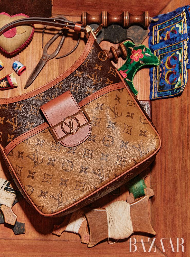 모노그램 패턴의 호보 백은 Louis Vuitton.