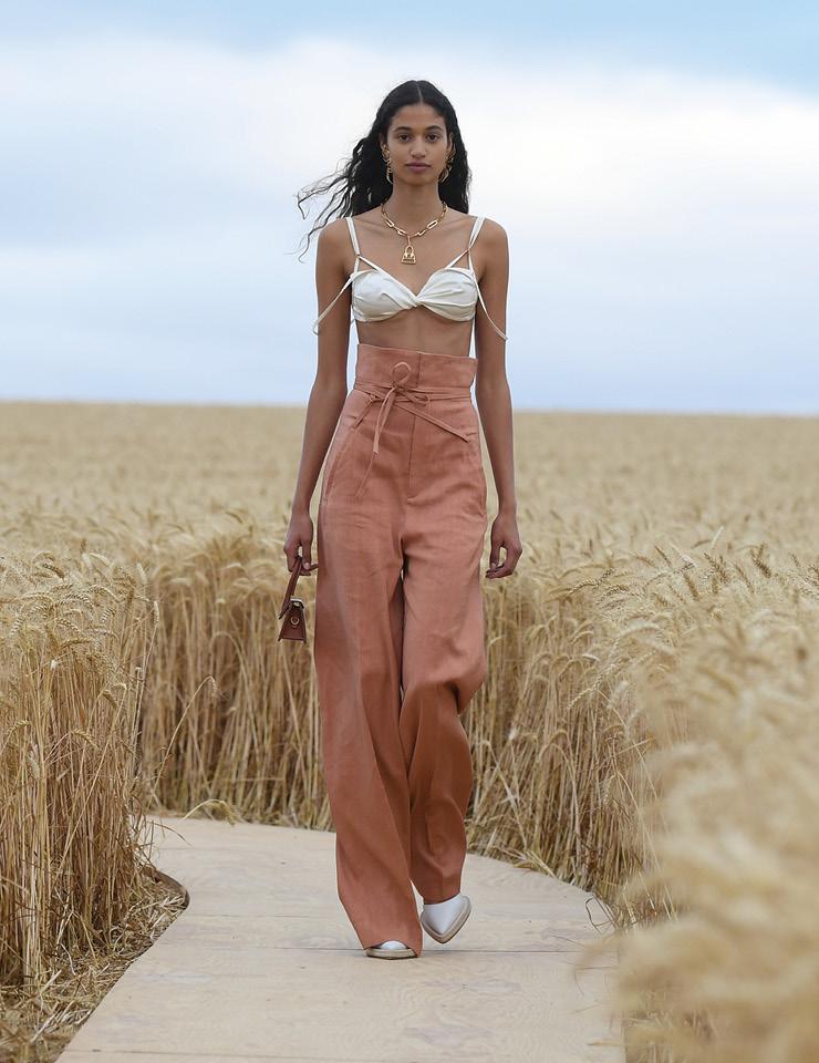 밀밭을 따라 펼쳐진 낭만적인 자크뮈스의 패션 모멘트.