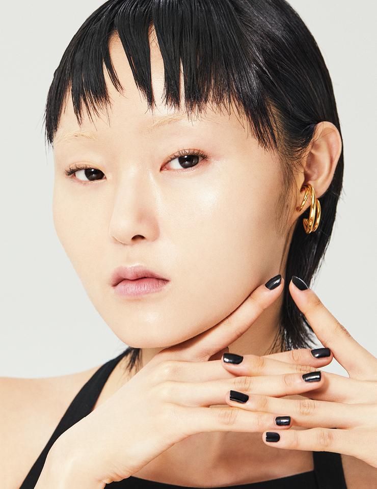 드레스는 Akris. 이어링은 Tatiana Jewelry.