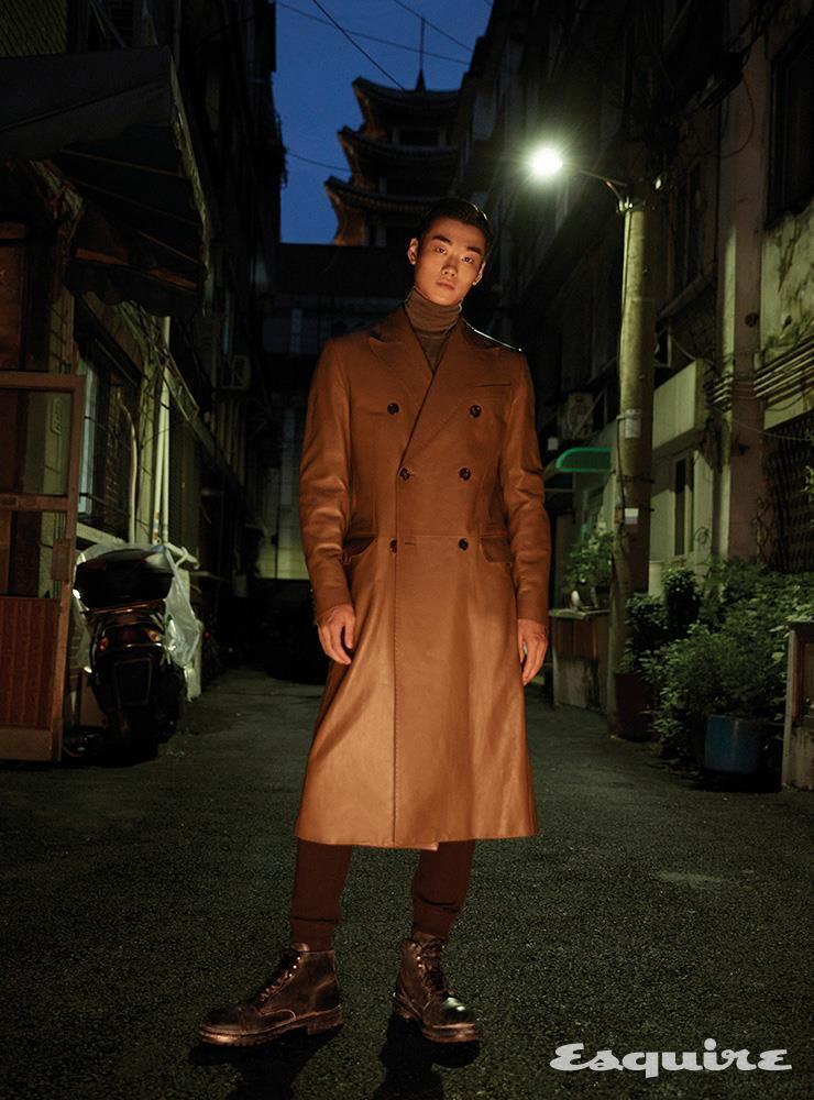 레더 코트, 터틀넥 니트 톱, 조거 팬츠, 부츠 모두 가격 미정 돌체&가바나.