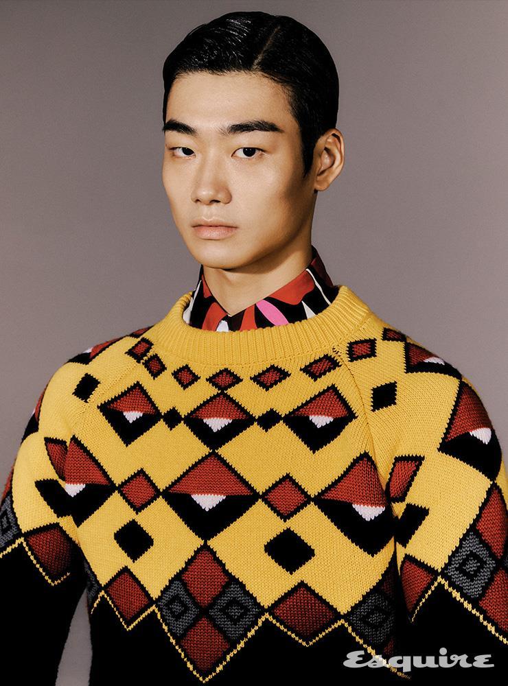 스웨터, 셔츠, 타이 모두 가격 미정 프라다.