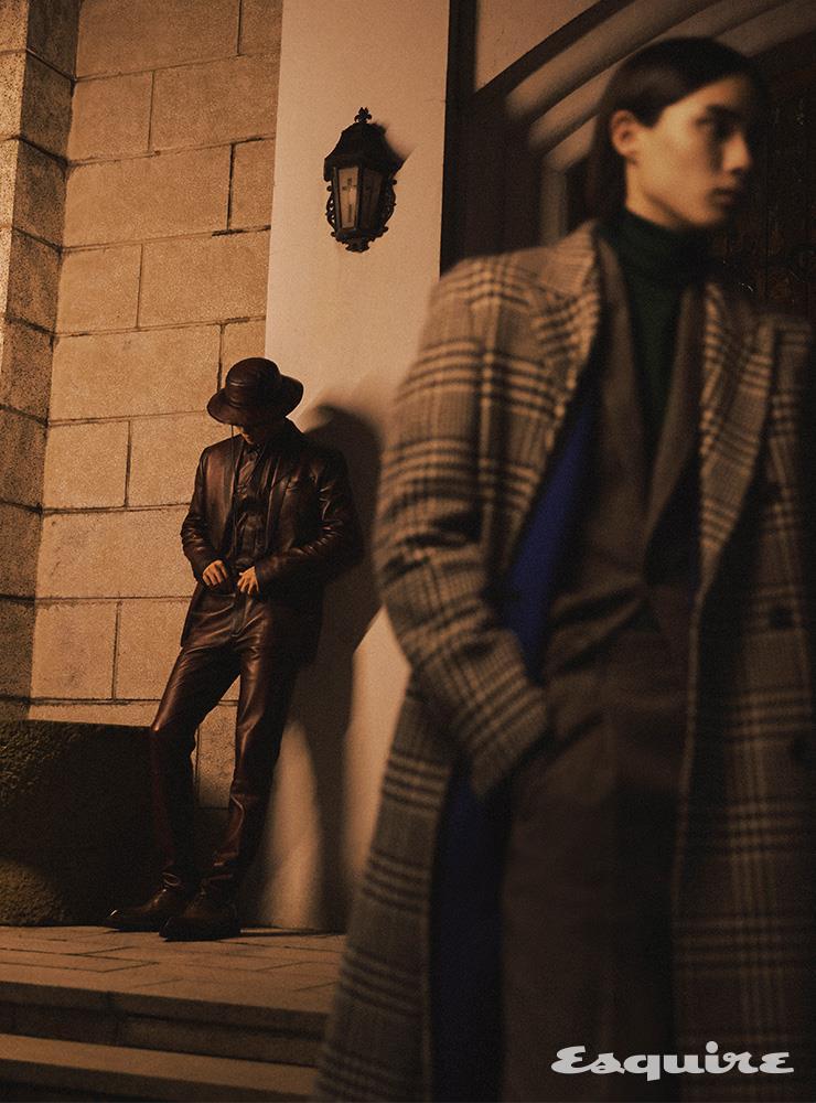 (왼쪽) 레더 재킷, 셔츠, 팬츠, 더비 슈즈, 버킷 해트 모두 가격 미정 벨루티. (오른쪽) 하운즈투스 체크 코트, 재킷, 터틀넥 니트 톱, 팬츠, 모두 가격 미정 벨루티.