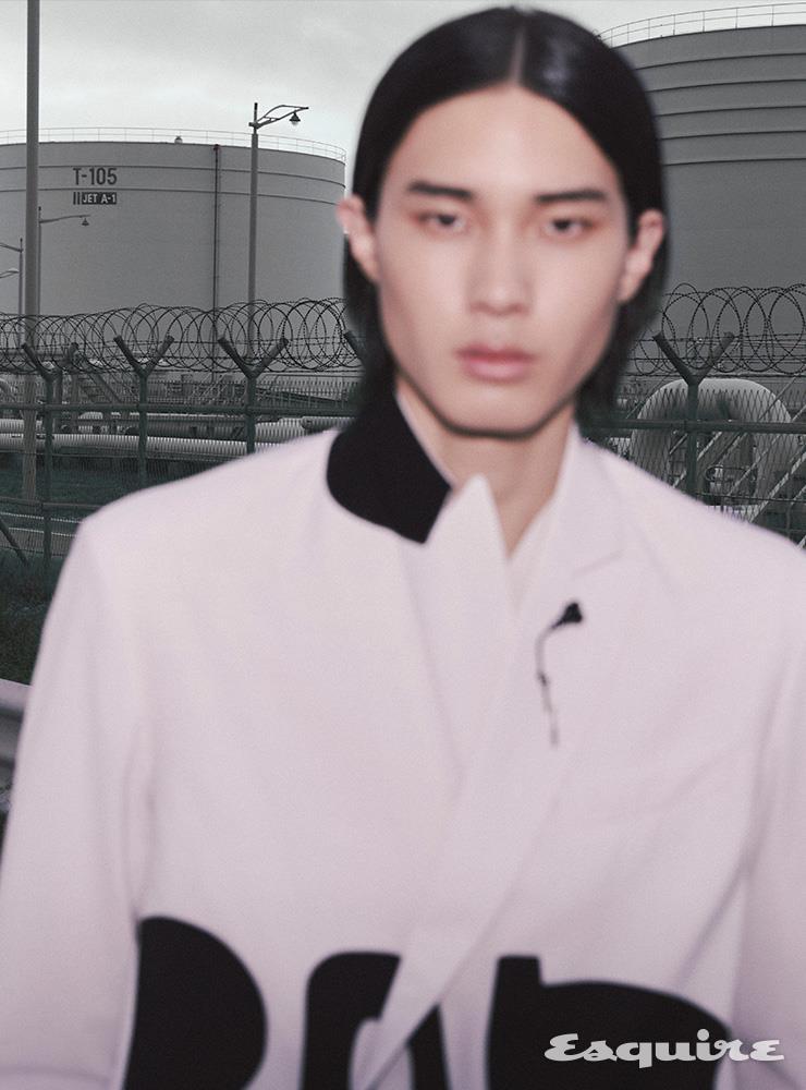 재킷 3백70만원, 스웨터 가격 미정 모두 발렌티노. 브로치 44만원 발렌티노 가라바니.
