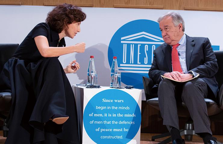 오드레 아줄레가 국제연합 사무총장 안토니우 구테흐스와 대화를 나누고 있다.