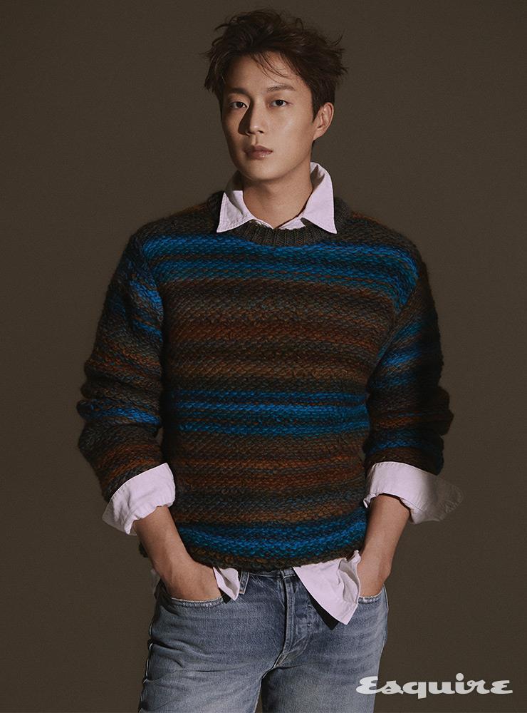 스트라이프 스웨터, 셔츠 모두 8 by 육스. 데님 팬츠 프레임 데님.