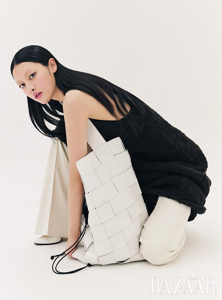 드레스는 가격 미정, 숄더백은 6백64만5천원, 파우치 백은 1백51만5천원 모두 Bottega Veneta. 팬츠는 Givenchy. 펌프스는 1백1만원 Tod's.