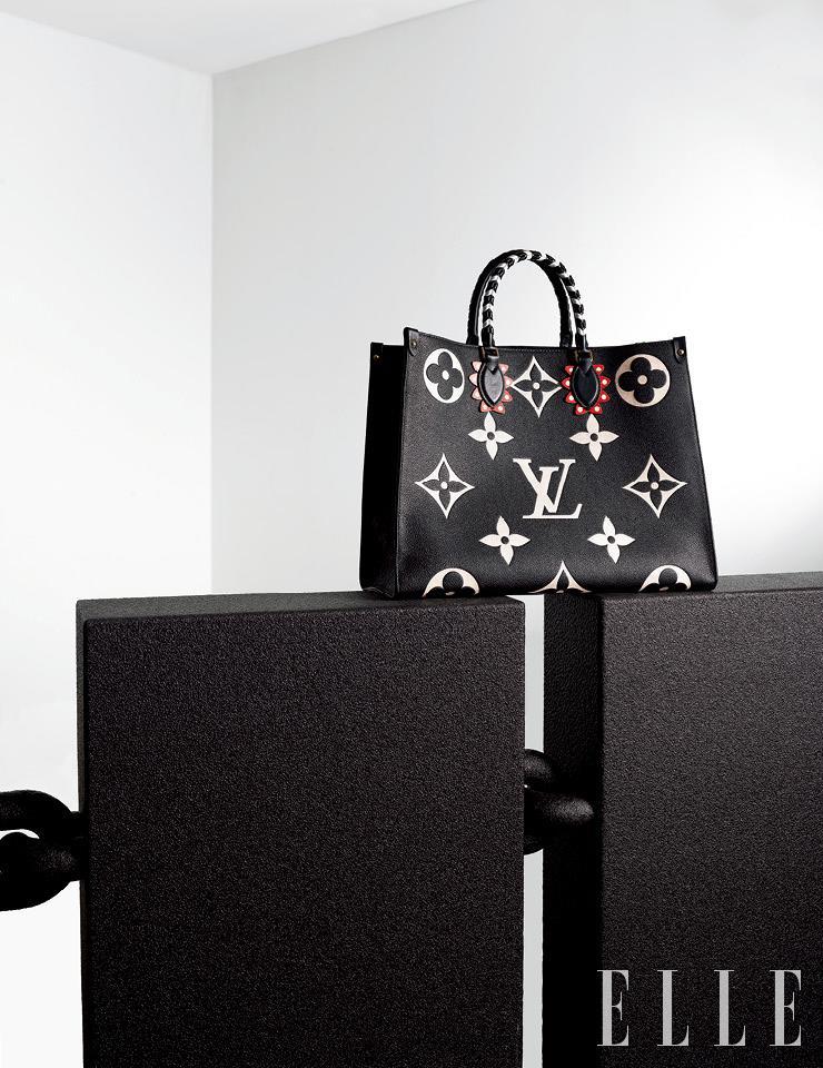 큼직한 스퀘어 실루엣의 'LV 크래프티 컬렉션 온더고' 쇼퍼백은 Louis Vuitton.