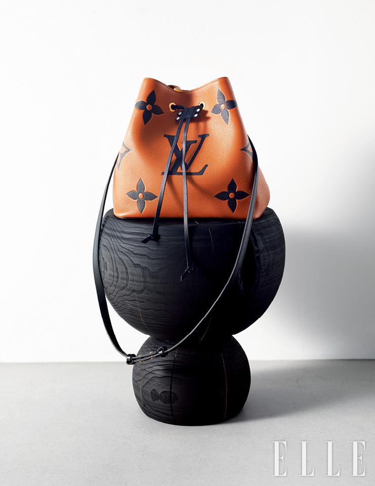 큼직한 모노그램 패턴을 새긴 'LV 크래프티 네오노에' 백은 Louis Vuitton.