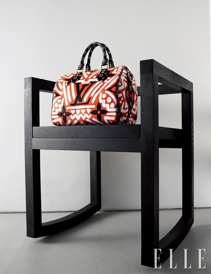 에스닉한 프린트가 눈길을 끄는 'LV 크래프티 컬렉션 스피디 반둘리에 25' 백은 Louis Vuitton.