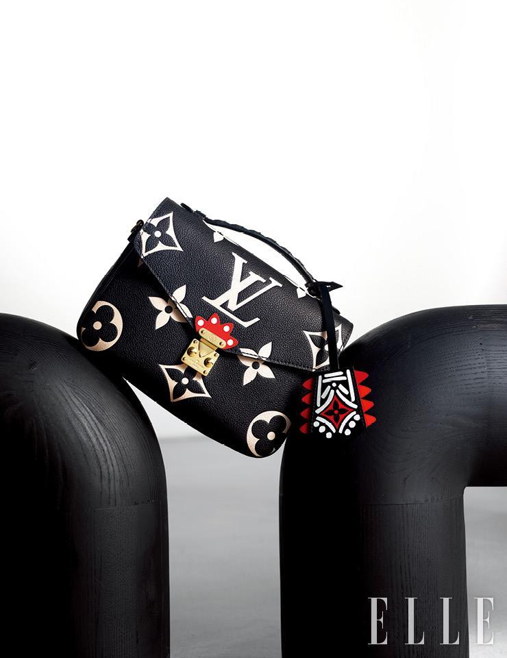 블랙과 레드, 크림 컬러의 대비가 돋보이는 'LV 크래프티 포쉐트 메티스' 백은 Louis Vuitton.