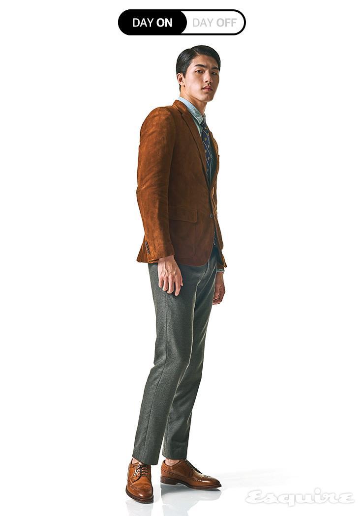 스웨이드 재킷, 샴브레이 셔츠, 그레이 울 팬츠, 옥스퍼드 슈즈, 타이 모두 가격 미정 폴로 랄프 로렌.