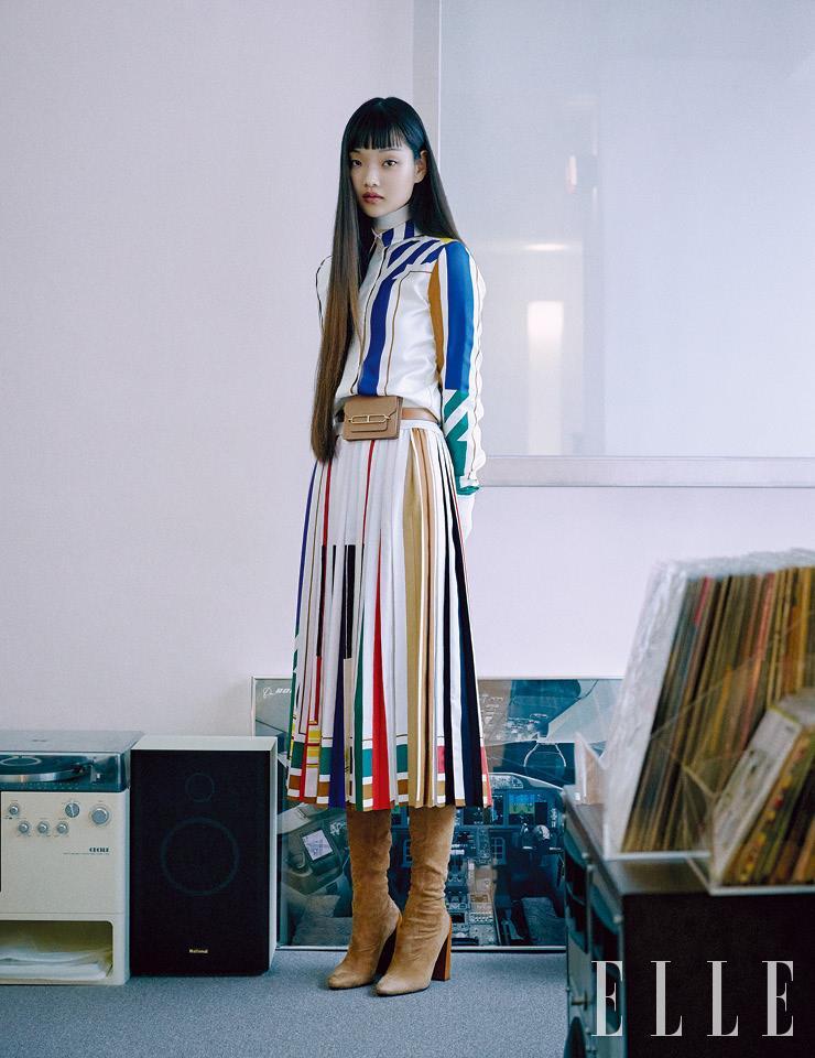 블라우스와 터틀넥 톱, 플리츠스커트, 벨트와 함께 연출한 율리스 슬림 지갑, 스웨이드 부츠는 모두 Hermès.