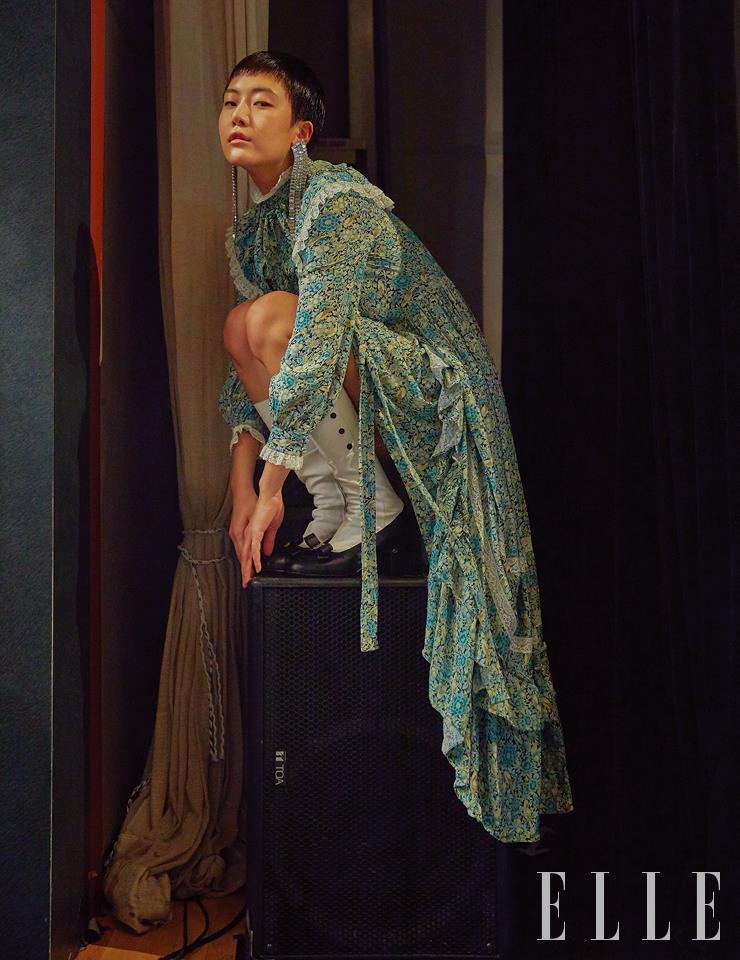 프릴 장식의 드레스와 크리스털 이어링, 롱부츠는 모두 Gucci.