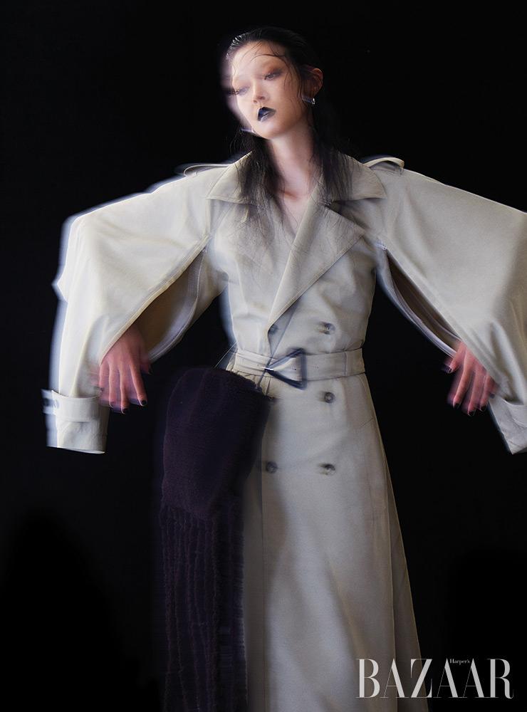 트렌치코트, 귀고리, 프린지 장식 시어링 백은 모두 Bottega Veneta.