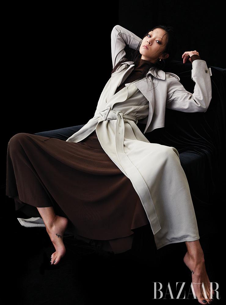 트렌치코트, 저지 드레스, 귀고리, 반지는 모두 Bottega Veneta.