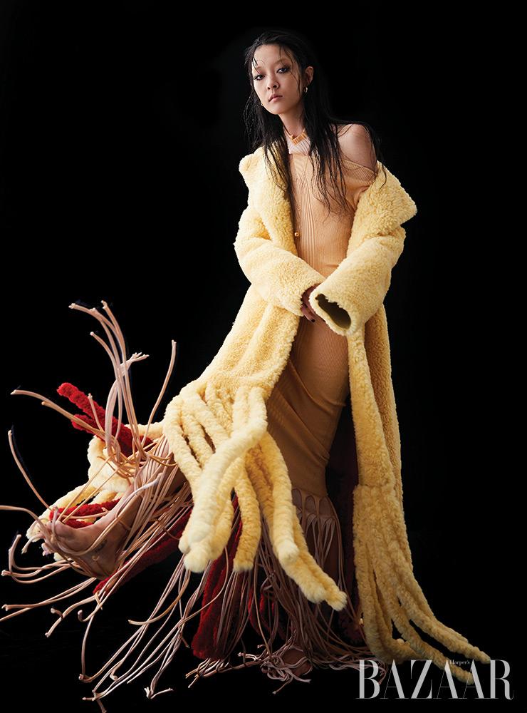 시어링 코트, 프린지 드레스, 귀고리, 목걸이는 모두 Bottega Veneta.