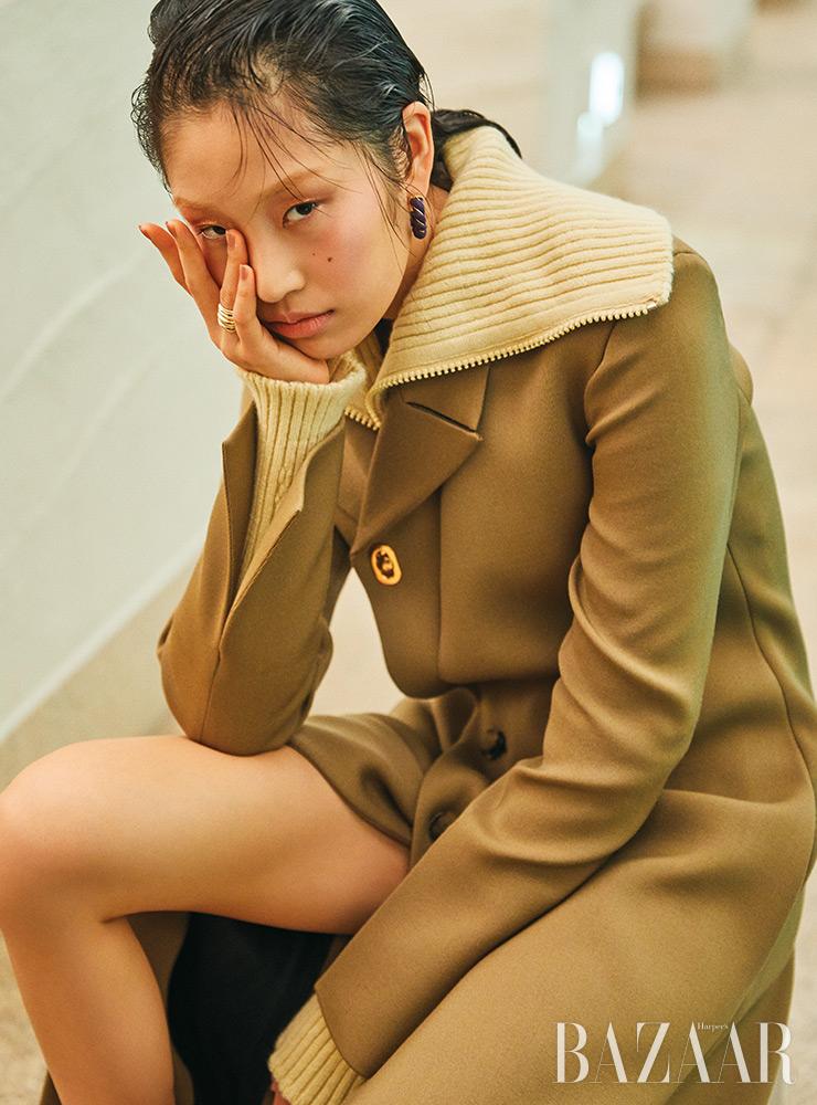 코트, 스웨터, 귀고리, 반지는 모두 Bottega Veneta.