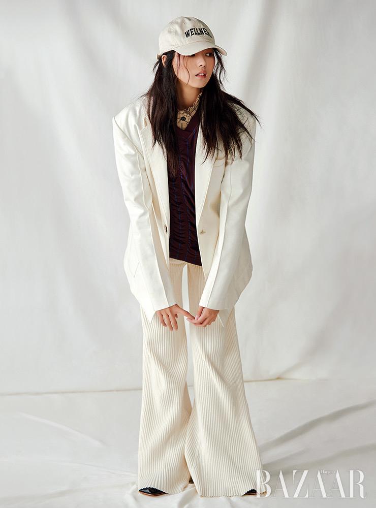 블라우스는 Vivienne Westwood. 재킷은 Ych. 니트 팬츠, 슈즈는 Cos. 볼캡은 Sporty & Rich. 티셔츠는 스타일리스트 소장품.