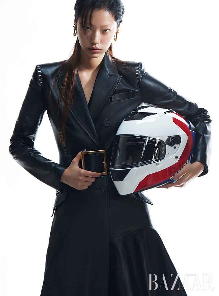 레더 코트는 9백만원대, 귀고리는 78만원, 벨트는 1백3만원 모두 Alexander McQueen.