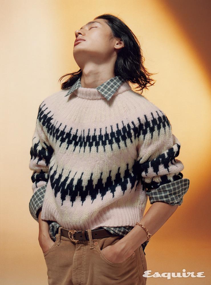 패턴 스웨터 1백13만원, 체크 셔츠 94만원, 코듀로이 팬츠 94만원, 벨트 48만원 모두 구찌. 골드 브레이슬릿 9백80만원 스티븐 웹스터.