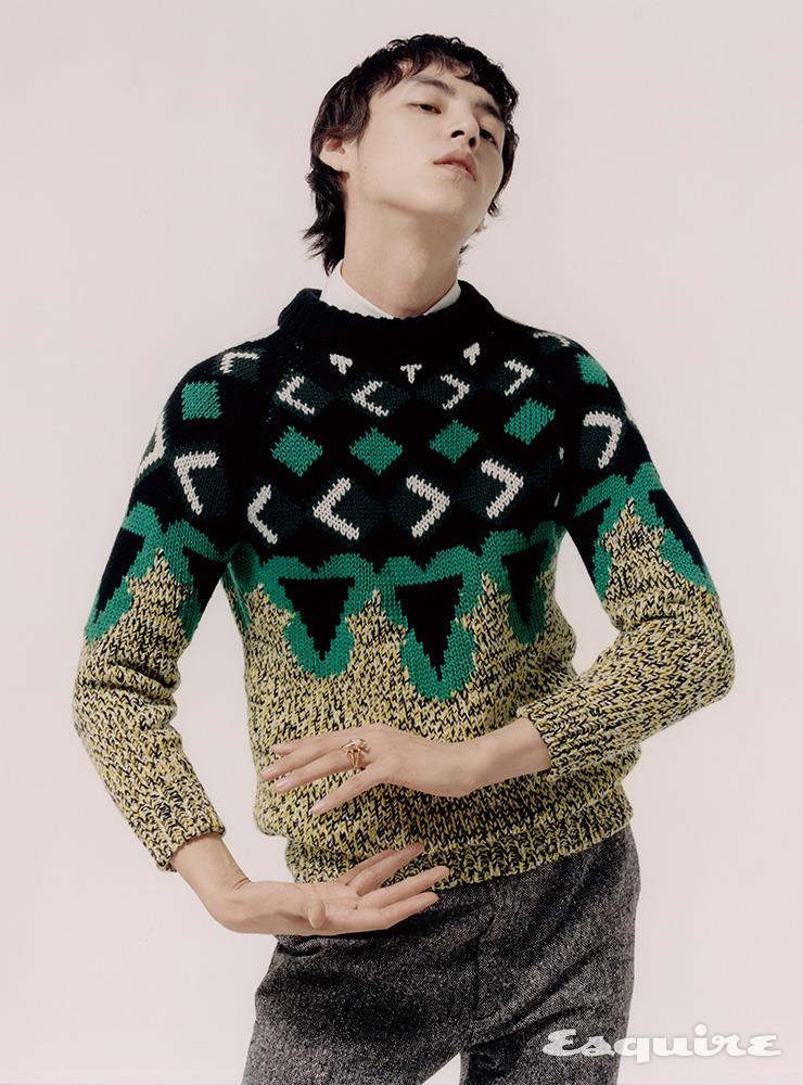 패턴 스웨터, 셔츠, 팬츠 모두 가격 미정 프라다. 골드 링 9백70만원 스티븐 웹스터.