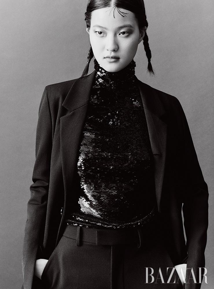스팽글 톱은 Valentino. 재킷은 2백95만5천원, 팬츠는 1백28만원 Bottega Veneta.