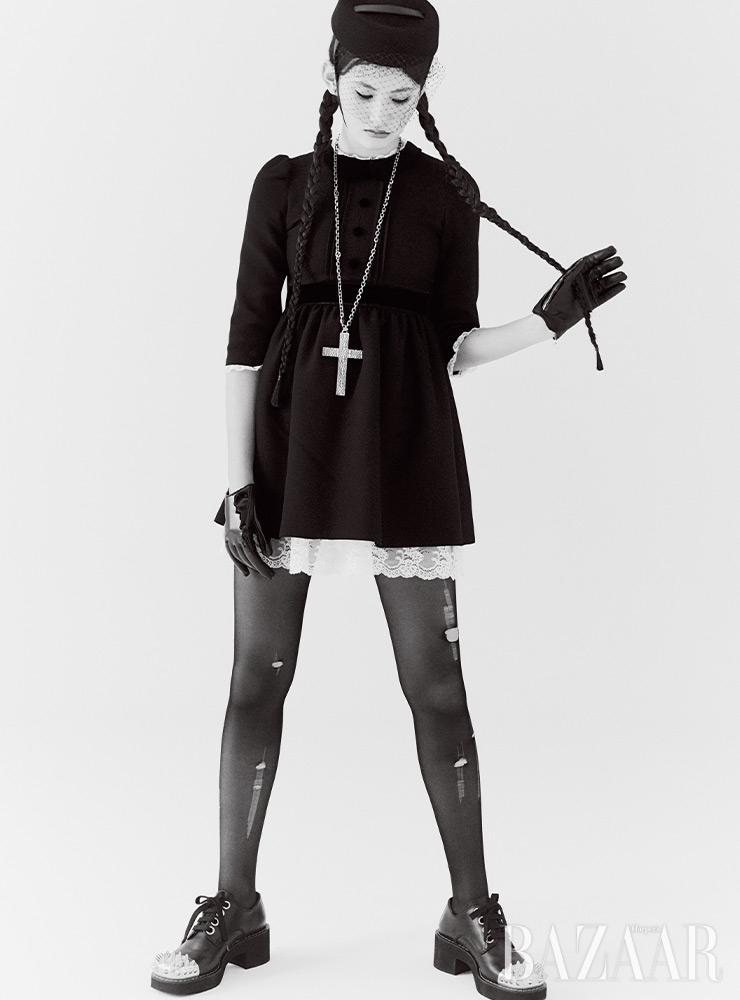 드레스는 4백40만원, 모자는 79만원, 십자가 목걸이는 1백87만원 모두 Gucci. 망사 헤어밴드는 Dior. 장갑은 Giorgio Armani. 스터드 장식 로퍼는 Miu Miu. 스타킹은 에디터 소장품.