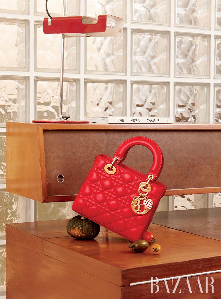 '디올아모르' 컬렉션의 레드 램스킨 '레이디 디올' 백은 Dior.