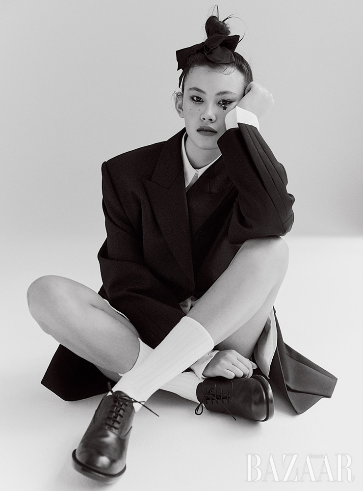 재킷은 Wooyoungmi. 셔츠는 70만5천원 Tod's. 리본 헤어 클립은 Chanel. 로퍼는 1백25만원 Prada. 양말은 에디터 소장품.