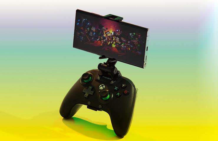 전용 컨트롤러를 장착해 X박스 콘솔게임을 즐길 수 있는 갤럭시 노트20.