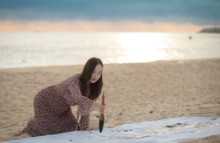 캘리그래퍼 김소영의 손에서는 강릉을 담은 글씨들이 꾸준히 탄생 중이다.
